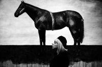 djevojka_i_crni_konj